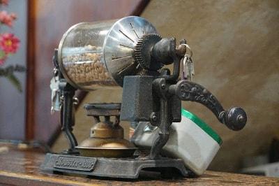 Kaffee selber rösten. Heimröster können ihre Kaffeebohnen ganz traditionell über der offenen Flamme rösten.