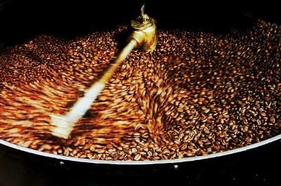 Kaffeebohnen in einer Popcornmaschine rösten
